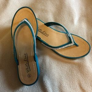 Shoes - Like new white line size 8 green thong sandals